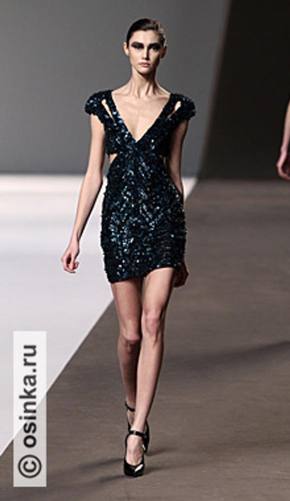 """Фото. Глубокое декольте только украшает коктельное платье Модель из коллекции Elie Saab , сезон """"осень-зима 2010/2011""""."""