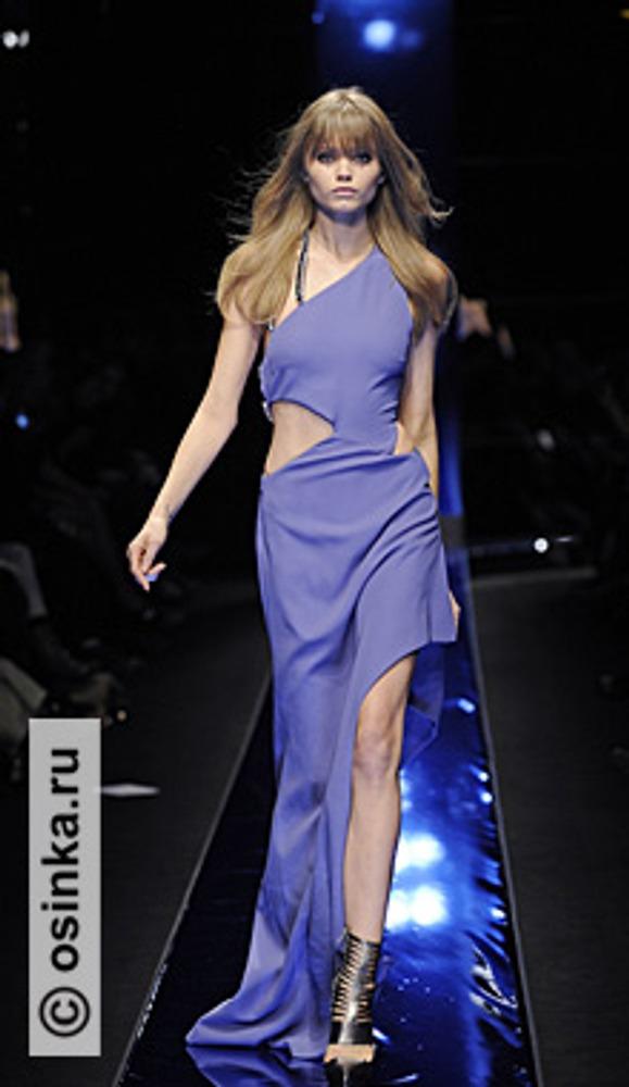 """Фото. Модель из коллекции Versace , сезон """"осень-зима 2010/2011""""."""