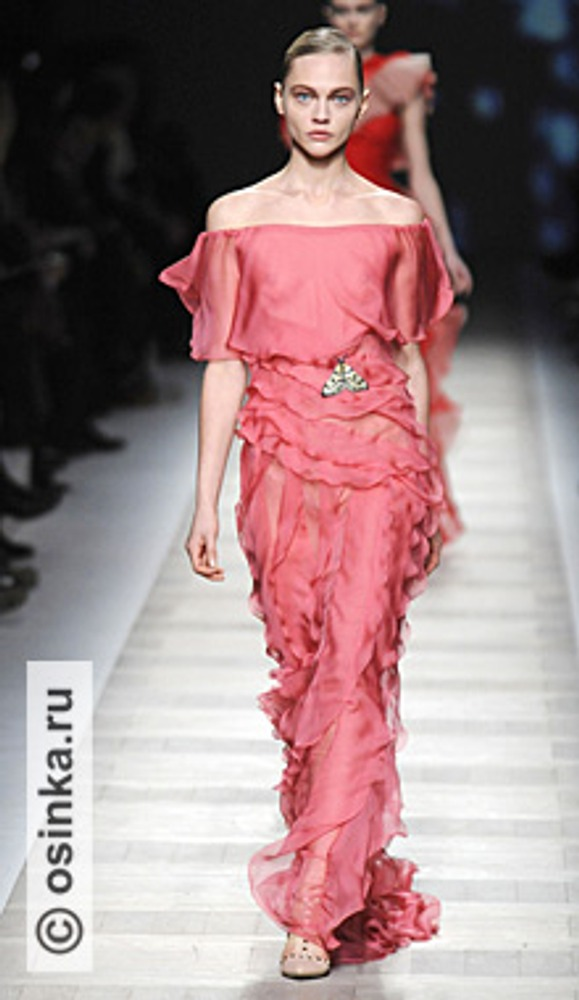 "Фото. Модель из коллекции Valentino , сезон ""осень-зима 2010/2011""."