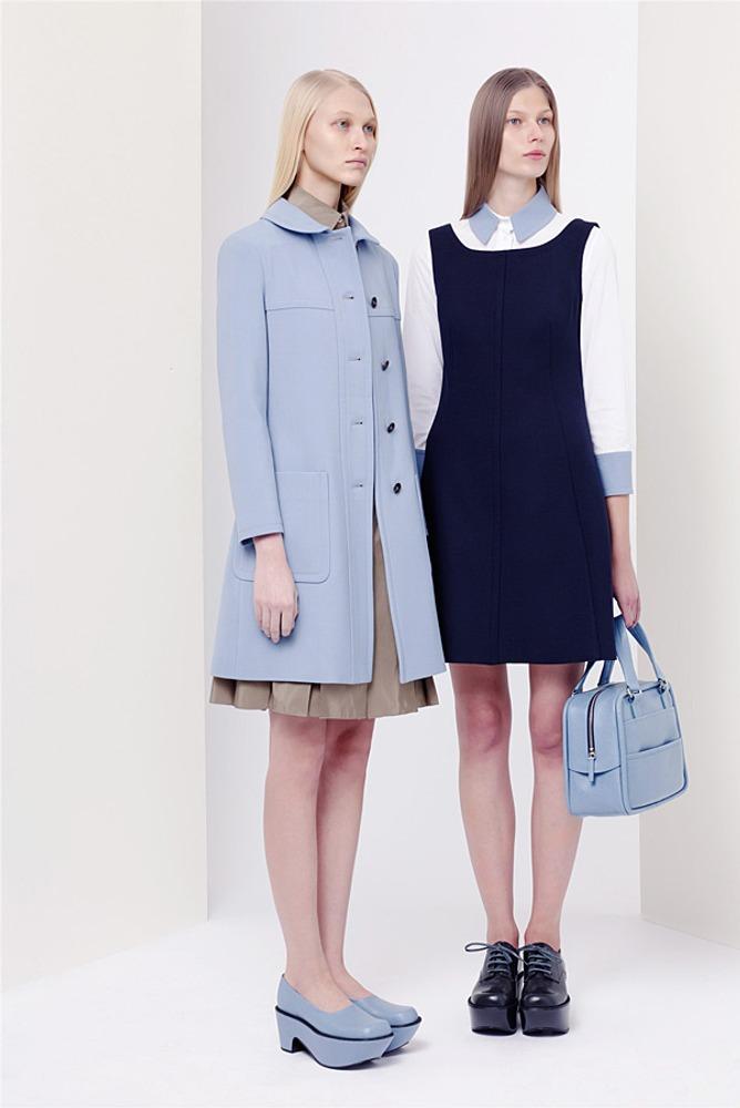 Фото 10. Голубое пальто первой модели и темно-синий сарафан второй – контраст по светлоте в пределах одного тона.