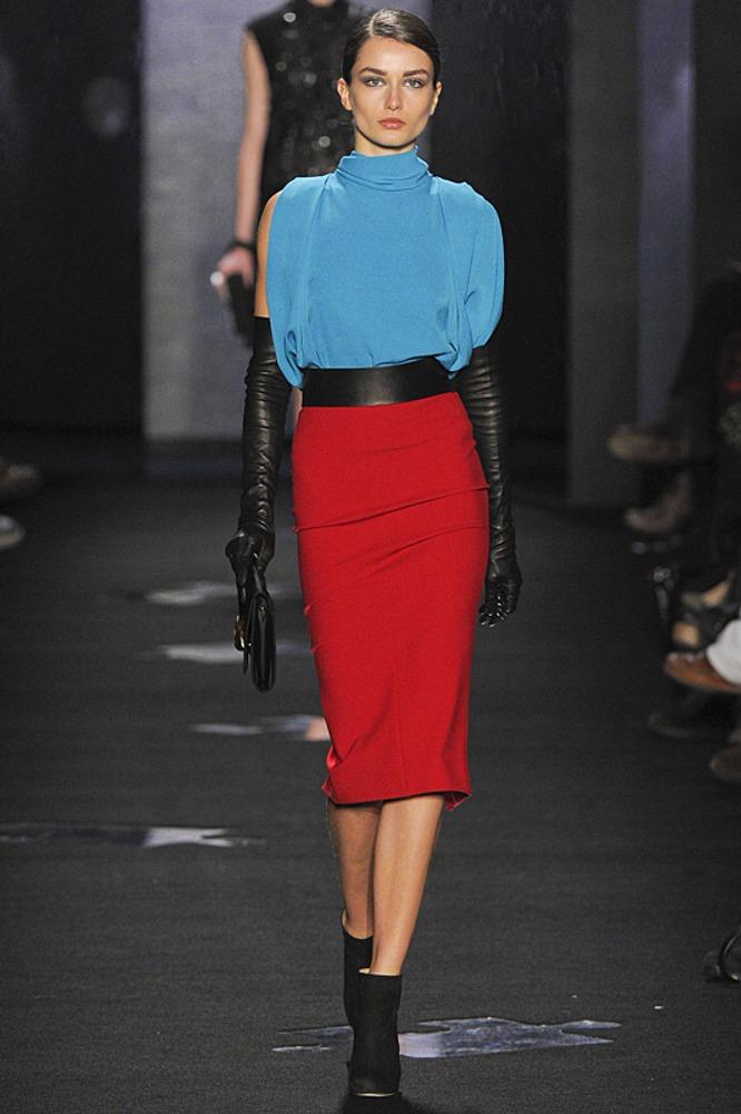 Фото 3. Контраст бирюзы и базового красного, усиливается черным поясом и перчатками.