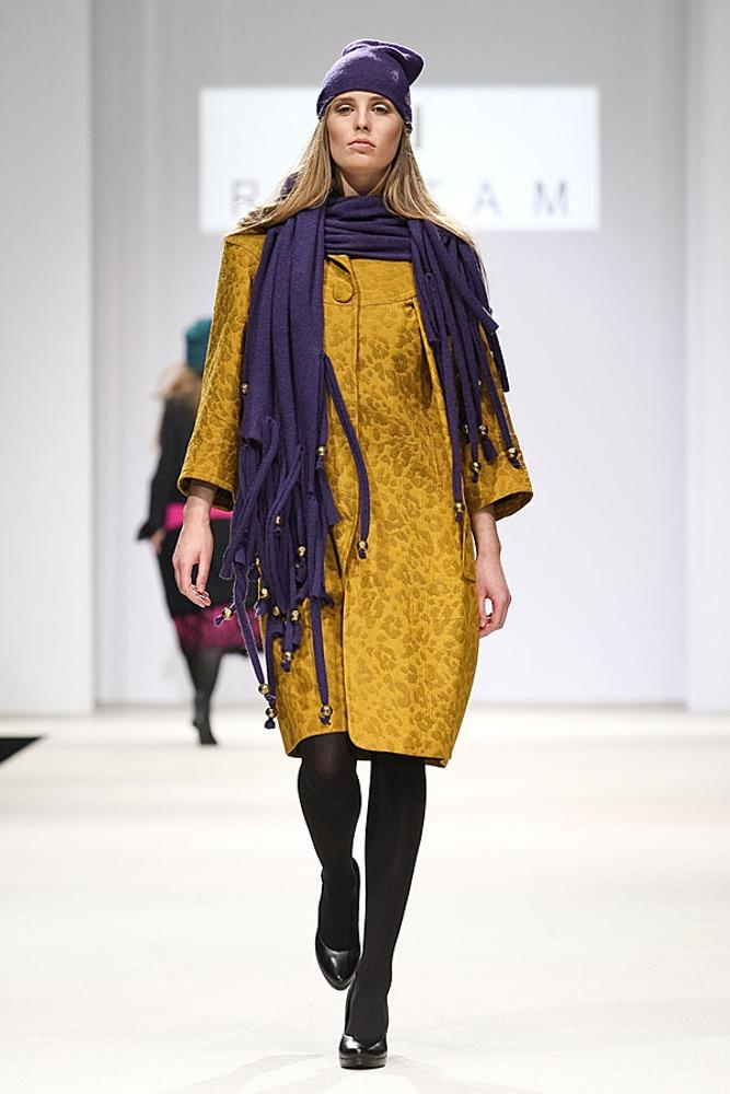 Фото 4. Оттенки пальто и шарфа – приглушенные, но поскольку в основе их лежат базовые цвета, наблюдается достаточно сильный контраст по цвету.