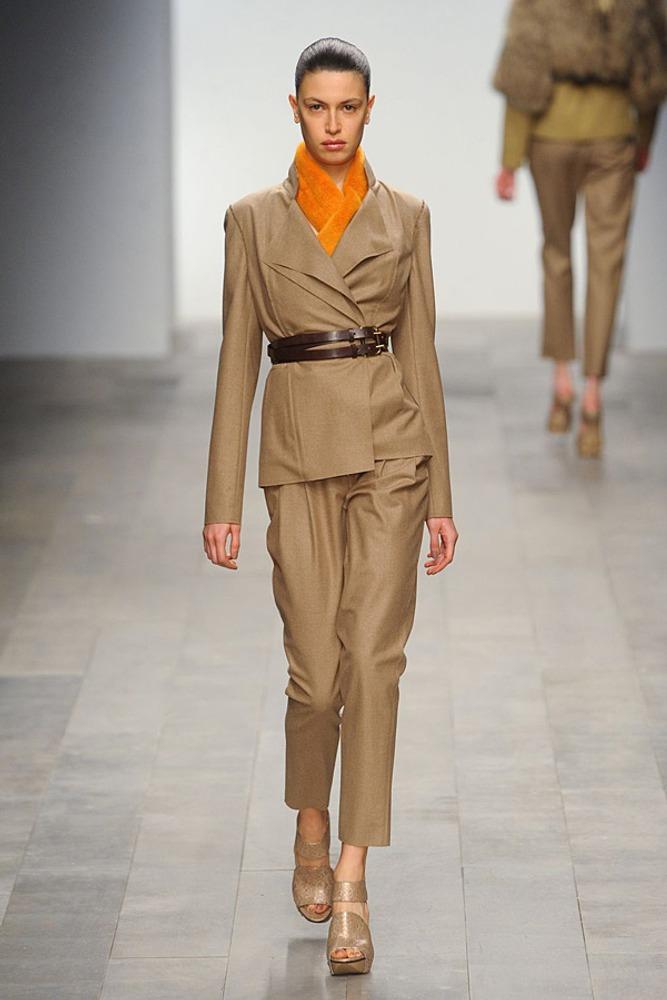 Фото 18. Оранжевый шарф в вырезе бежевого брючного костюма разбивает монохромность образа и подчеркивает лицо.