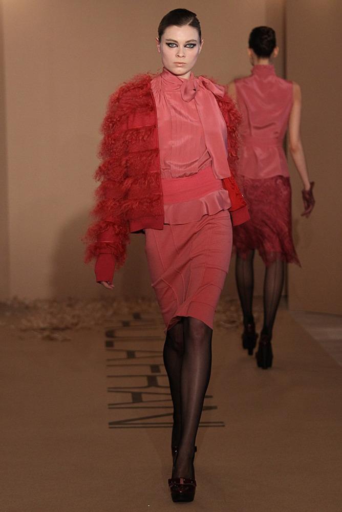 Фото 16. Чистый красный цвет жакета создает контраст с приглушенным розовым цветом юбки и блузки (добавление серого пигмента).