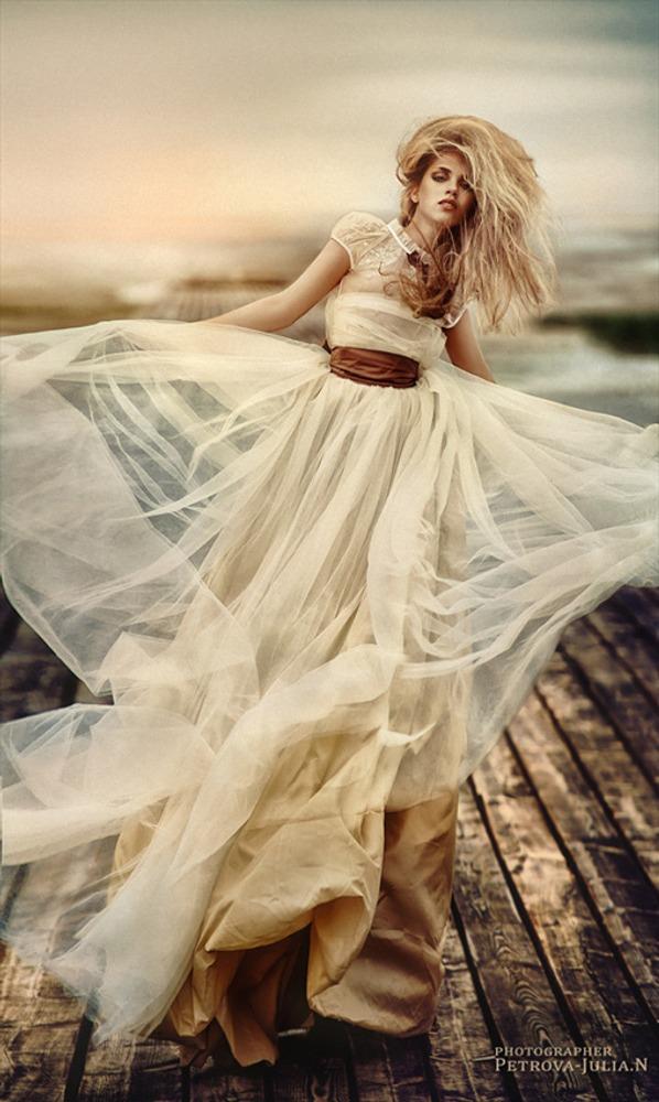 Фото 17. Большая площадь платья кремового цвета контрастирует с коричневой полоской пояса, чем притягивает взгляд к талии.