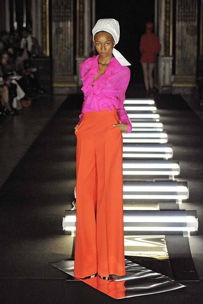 Фото 21. Абсолютно теплый цвет - оранжевый - контрастирует с холодным ярко-розовым оттенком - фуксией.