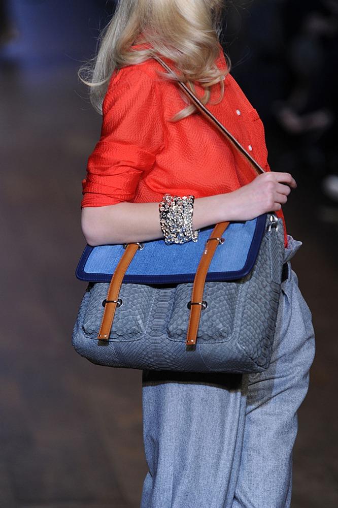 Фото 24. Теплый, красно-оранжевый оттенок жакета контрастирует с холодными голубыми и серо-голубыми оттенками сумки и брюк.
