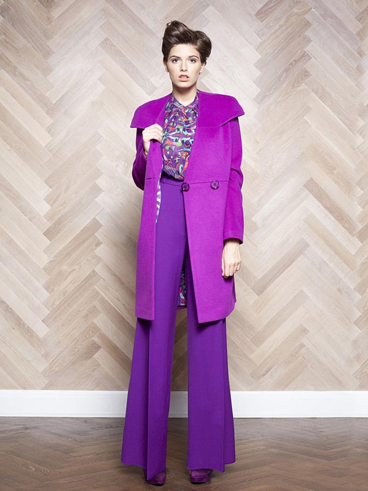 Фото 22. Здесь присутствует температурный контраст в пределах одного тона: пальто, оттенка фиолетового, в котором заметен теплый подтон, и брюки, с уклоном в холодную синеву.