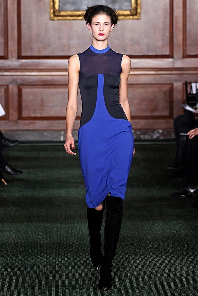Фото 14. Контраст по насыщенности создают хроматический чистый синий и приглушенные темно-синие детали платья, полученные путем добавления в синий черного пигмента.