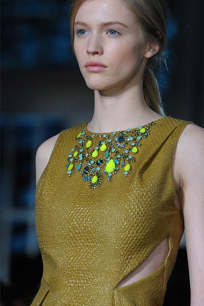 Фото 15. Чистый желтый цвет камней, украшающих платье, контрастирует с основной тканью цвета охра, - пигментированной производной желтого.