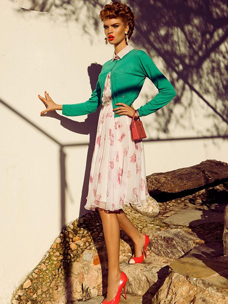Фото 23. Контраст теплого оттенка красных туфель и помады с холодным зеленым кардиганом. Он же является контрастом доп. цветов, который усиливается белым платьем.