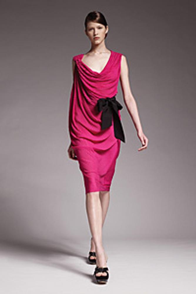 Фото 19. Платье цвета фуксия дополнено черным бантом. Соотношение площадей фуксия : черный таково, что платье служит фоном, а бант – акцентом.