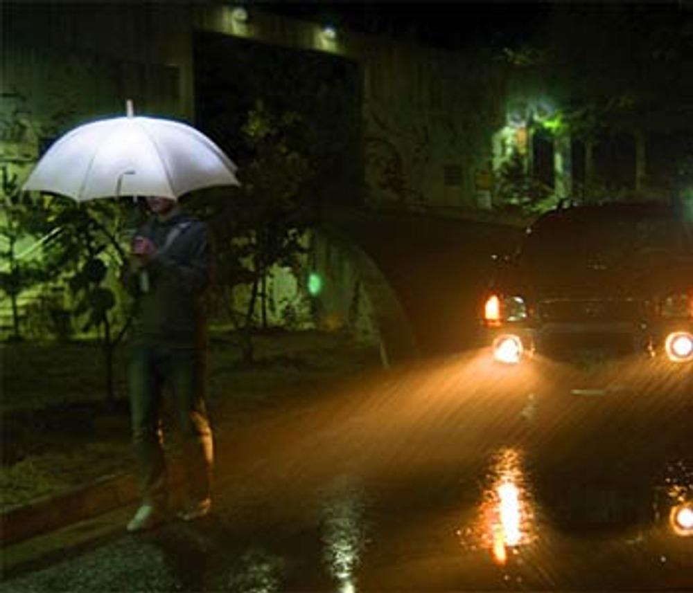 "Фото 8. Зонт ""Кaпли светa (LightDrops)"" от Sang-Kyun Park, работает от ""дождевых"" батарей."