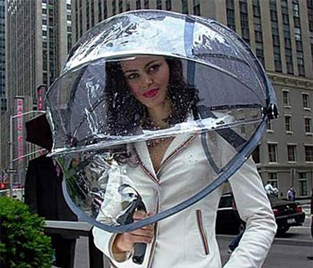 """Фото 13. Прозрачный зонт в стиле birdcage (""""птичья клетка"""") надежно укроет от дождя."""