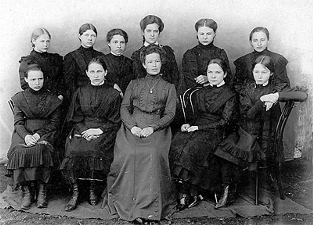 Ученицы Сапожковской женской гимназии с директором гимназии Носовой Анной Дмитриевной, 1913 г.