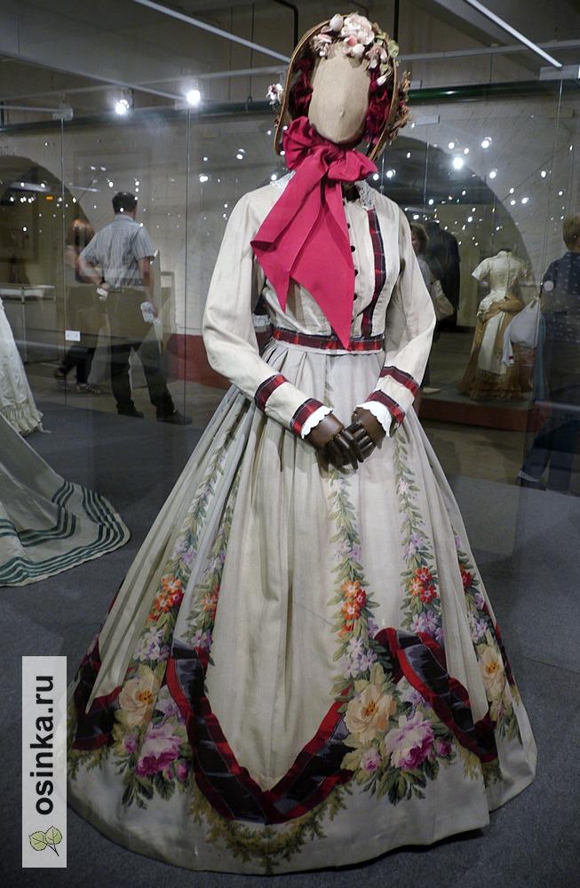 Фото. Платье дамское, шерстяная купонная ткань с отделкой из набивной ткани. Россия, 1860 г.
