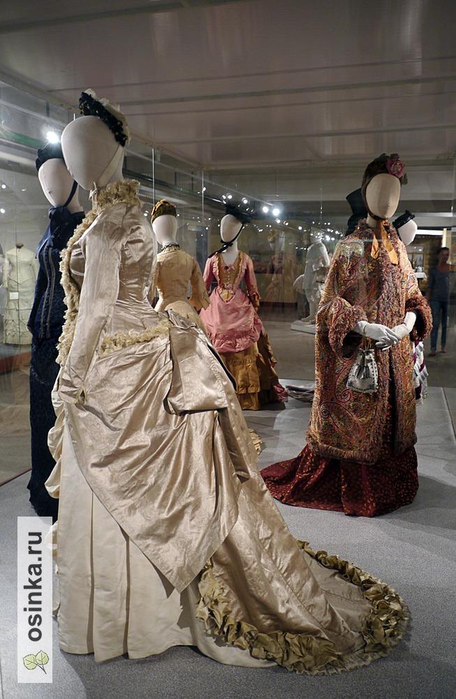 Фото. Платье для приемов с турнюром, шелковый муар-антик, шелковый репс, отделка кружевом, оборка с бахромой. Европа, 1878 г.