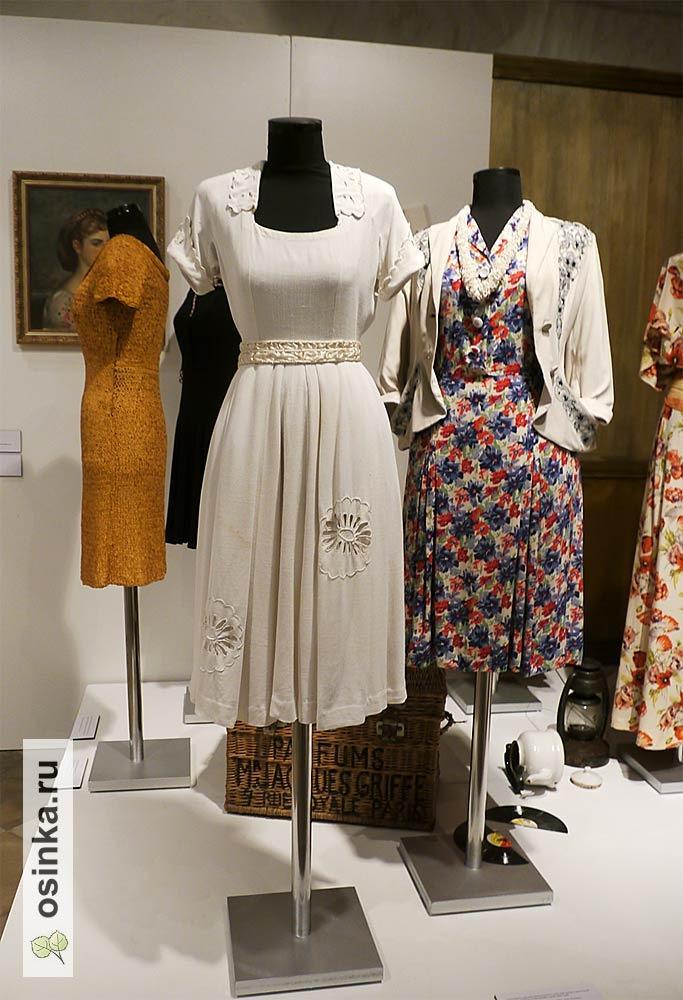 Фото. Белое летнее платье 1943-45 годов, перешито из старой столовой скатерти. Тулуза, Франция.
