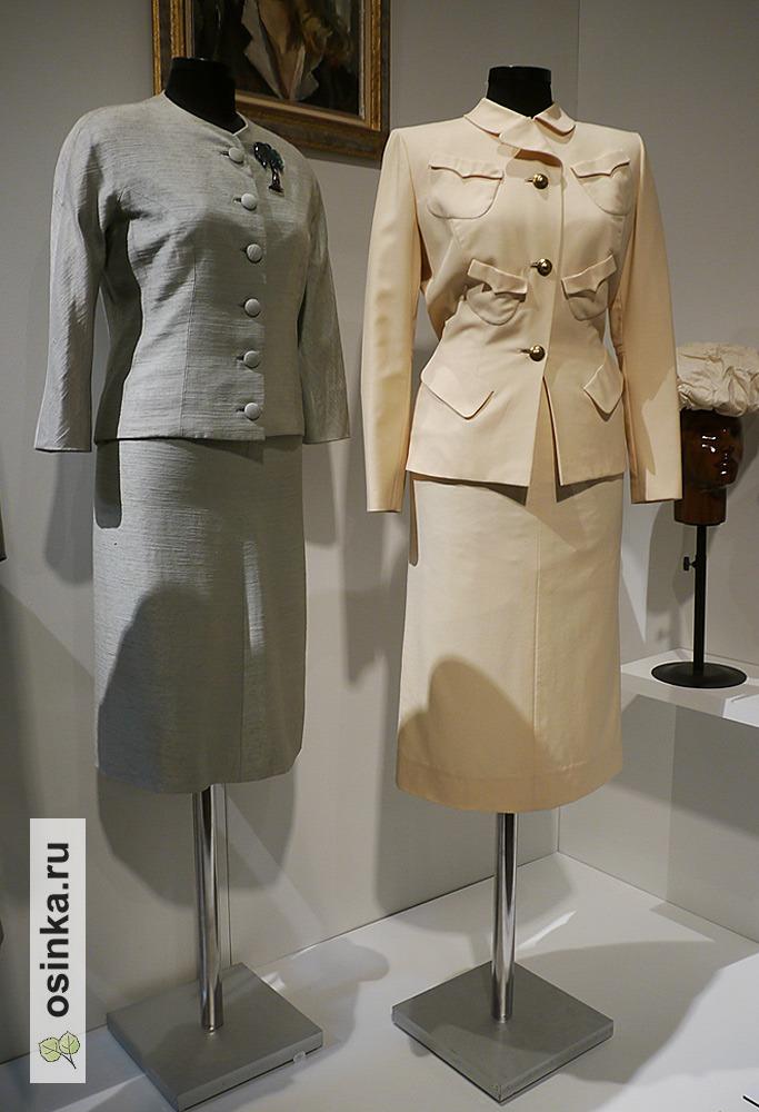 Фото. Костюмы 40-х - начало стиля милитари. Серый костюм - Дом моды Баленсиага, бежевый костюм - Дом моды Гилберт Адриан.