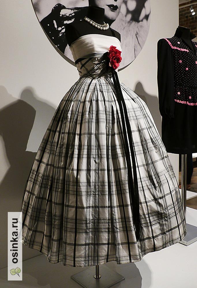 Фото. Пышные юбки 50-х - это настоящий праздник жизни после тяжелых военных лет. На фото - платье Дома моды George Mandell, 1955 год.