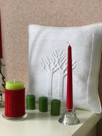 Фото. Стильная вязаная подушка в белом цвете станет достойным украшением любой спальни. Автор работы - Ларачка
