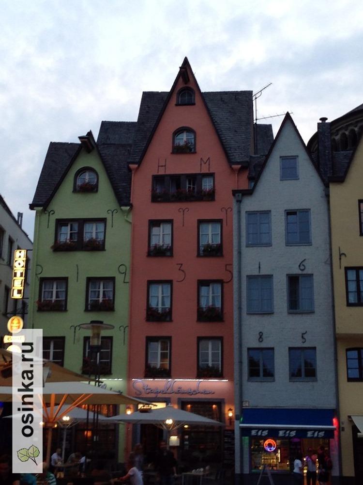 Фото. Кельн, набережная. Сказочные домики здесь на каждом шагу.