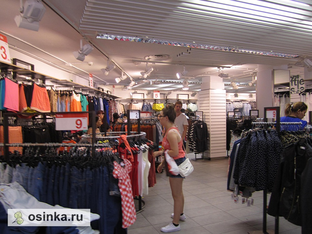 Фото. Барселона, магазин дешевой одежды Leftis, входит в группу Inditex, но о нем немногие знают, в отличие от Zara.