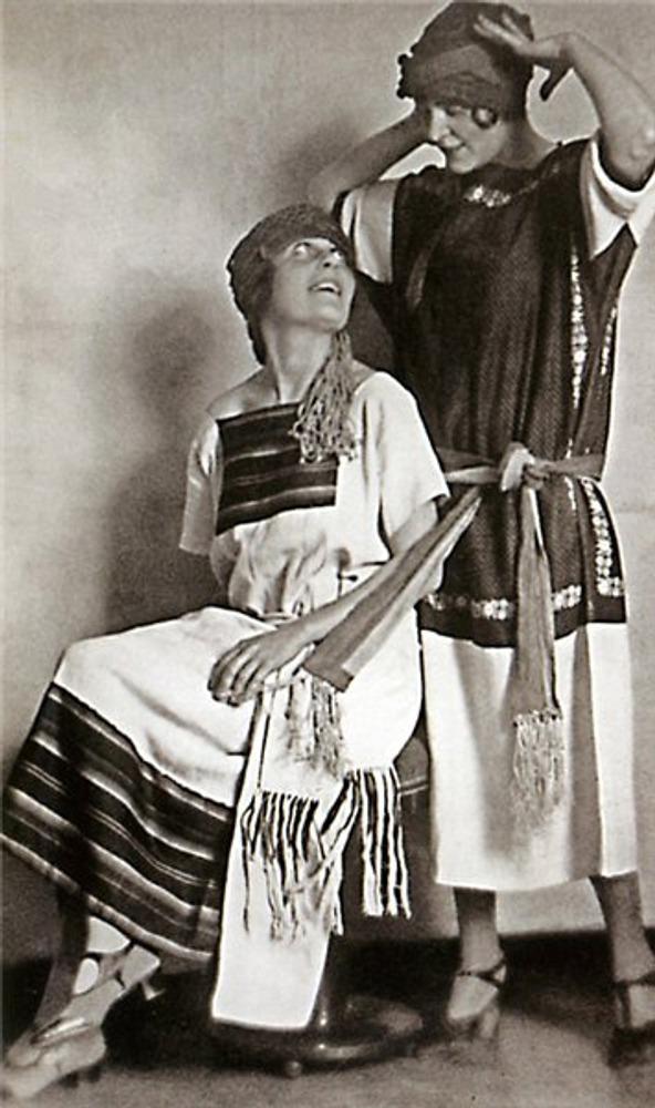 Фото. Модели Н. Ламановой и В. Мухиной, 1924 г.