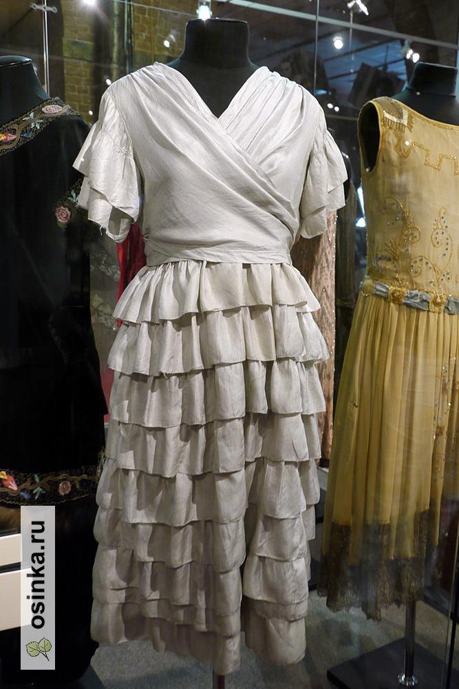 Фото. Платье свадебное , шелк, юбка и рукава отделаны рюшами. СССР, Могилев, 1923 г.