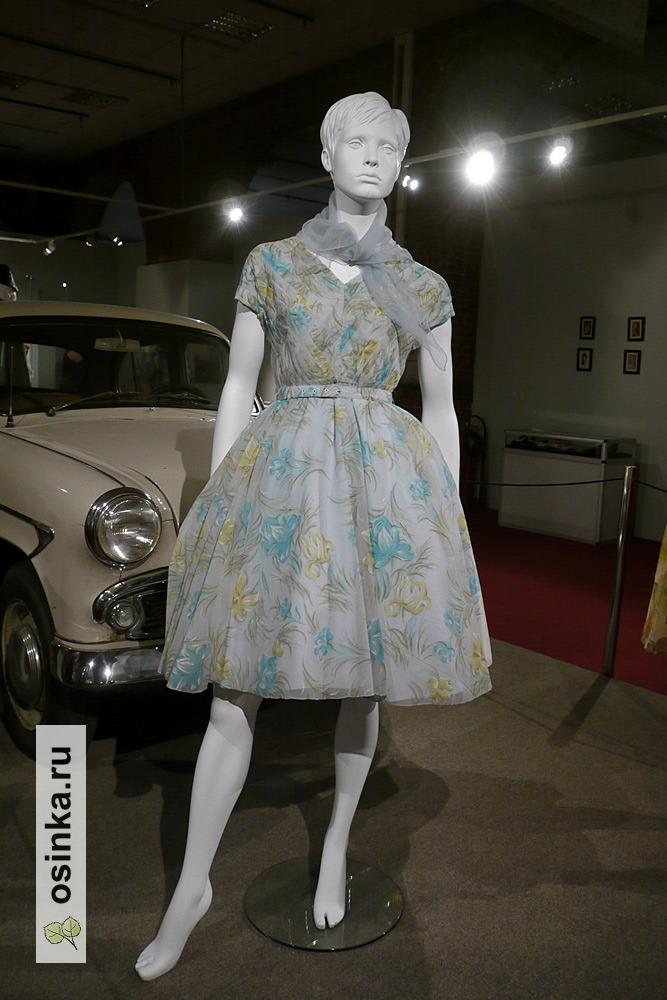 Фото. Платье коктейльное , синтетическая ткань с набивным рисунком, лиф декорирован застроченными складками. СССР, начало 1960-х гг. Принадлежало М.Т. Лукашевич.