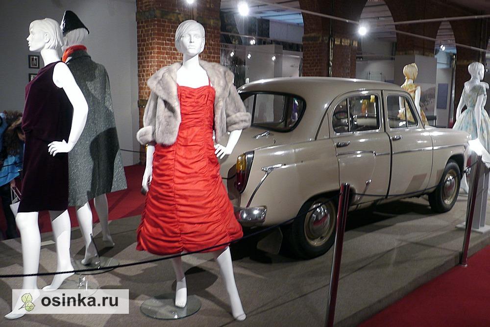 "Фото. На выставке ""Мода в зеркале истории""."