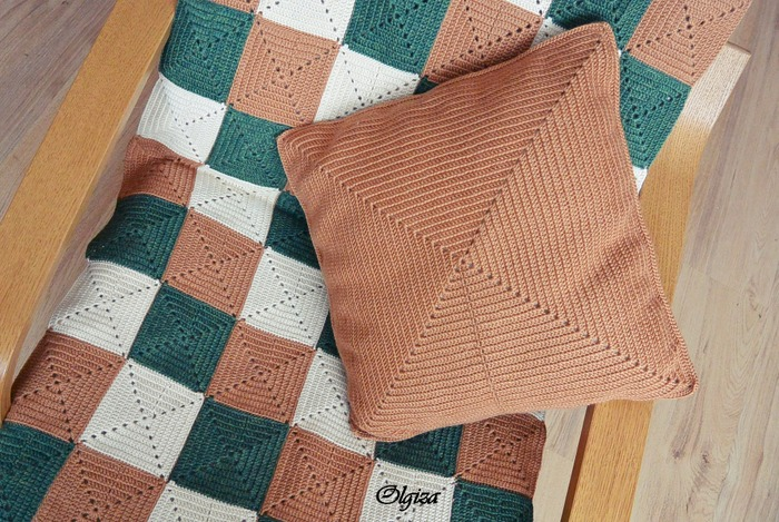 Фото. Подушка часто дополняет покрывало или накидку на кресло. Здесь использована полушерстяная пряжа толщиной 1500м/100г в 6 сложений. Крючок 2,25 мм.   Автор работы - Olgiza