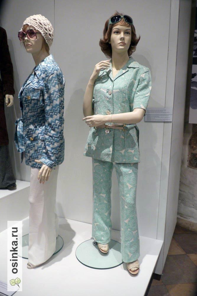 Фото. Новый костюм удобного покроя с брюками вошел в гардероб работающей женщины в 70-е и остался в нем навсегда.