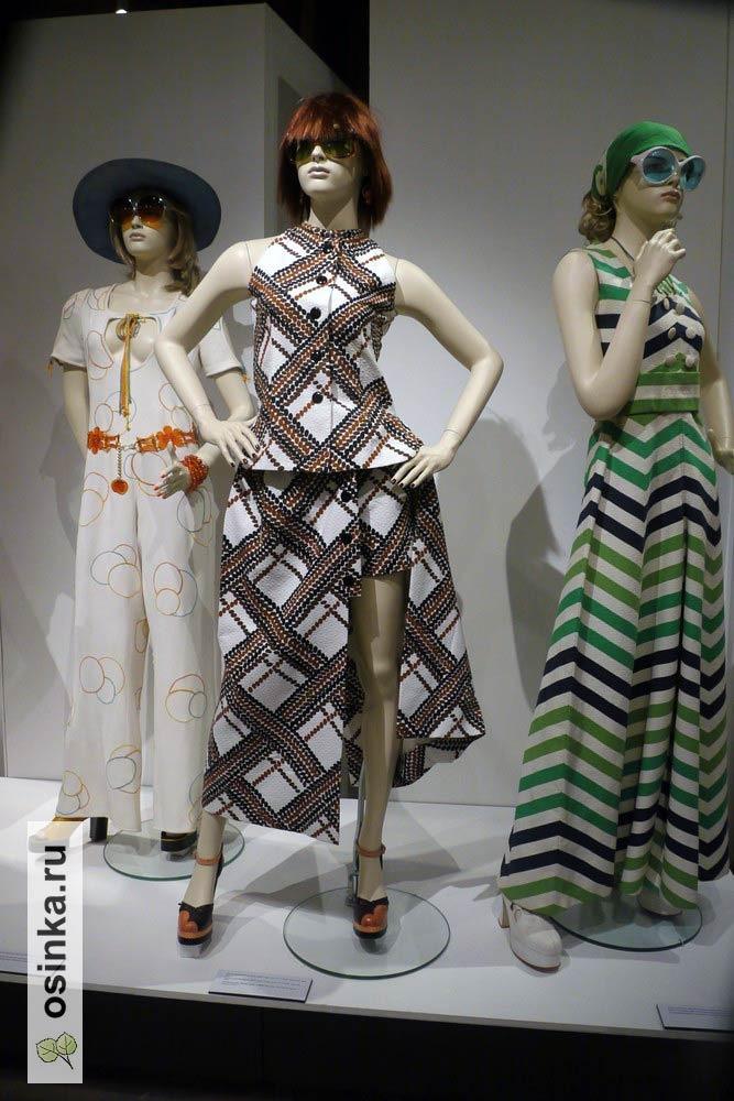 Фото. Постоянная смена модной длины у юбок в 70-е привела к появлению интересных комплектов - длинную юбку с высоким разрезом носили поверх короткой (или поверх шорт).