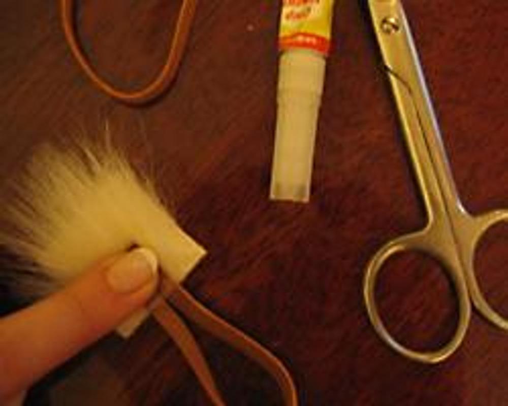 Фото 12. Прикрепить шнур с помощью клея к изнаночной стороне детали крепления застежки