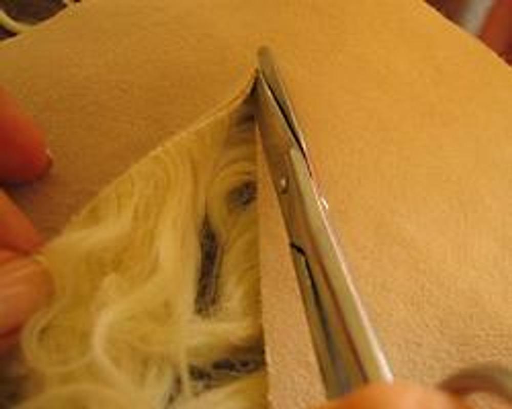 Фото 1. При раскрое следим за тем, чтобы прорезать только основу, а не сам мех