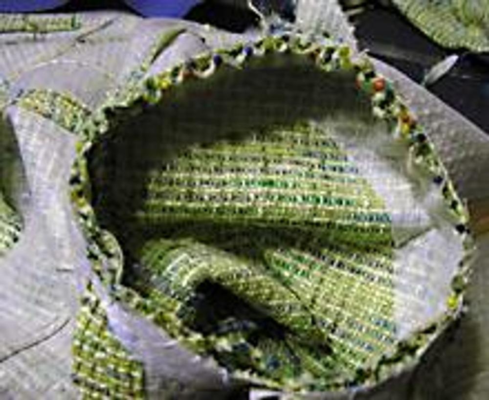 3. Участок посадки по окату присоединяю при помощи булавочек. Если ткань очень сложная и плохо подается посадке,то вметываю вручную.