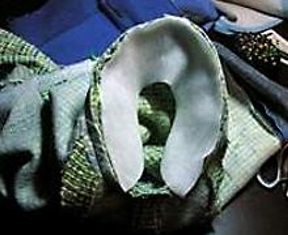 8. Подокатник приметываю булавочками со стороны рукава и пристрачиваю по пройме.
