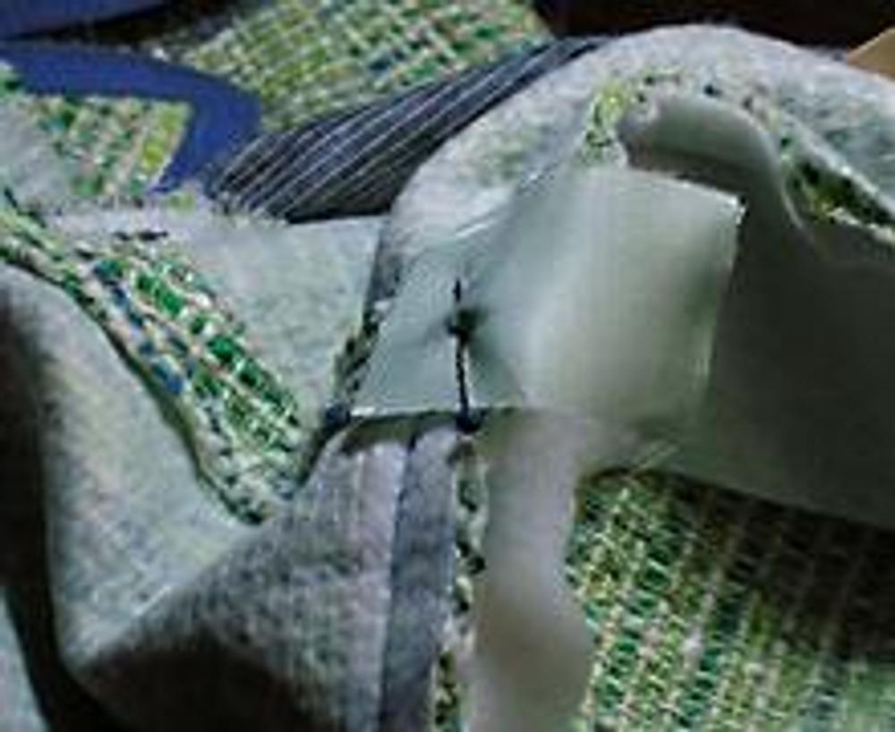 9. Между подплечником и плечевым швом к припуску по пройме нужно вшить прямоугольный кусочек подкладочной ткани длиной около 3-4см (приколем его).