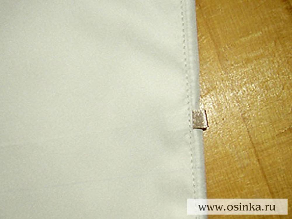 04. Стачиваем боковые швы верха. На 1,5 см выше линии низа вшиваем петельку из атласной ленточки для фиксации резинки. Отстрачиваем.