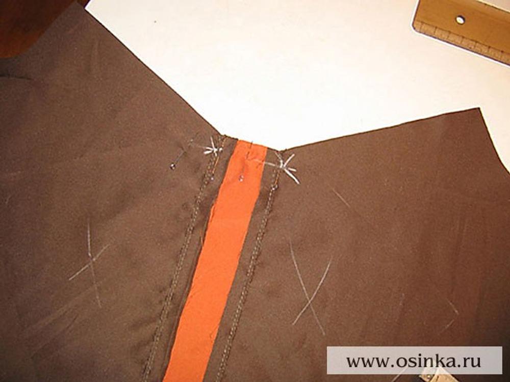 07. Соединить детали кокетки, припуски заутюжить к центру и отстрочить. Кокетку спинки наложить на деталь спинки и притачать центральную часть строго до уголков.