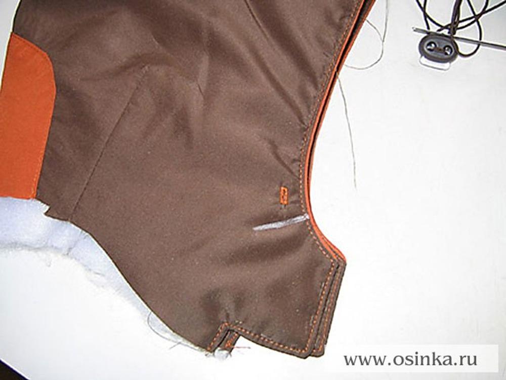 30. Установить блочки. Если вы решили заменить блочки простыми петельками, то их нужно выметать ещё до пришивания подклада к капюшону. Наметить местоположение закрепки для шнура.