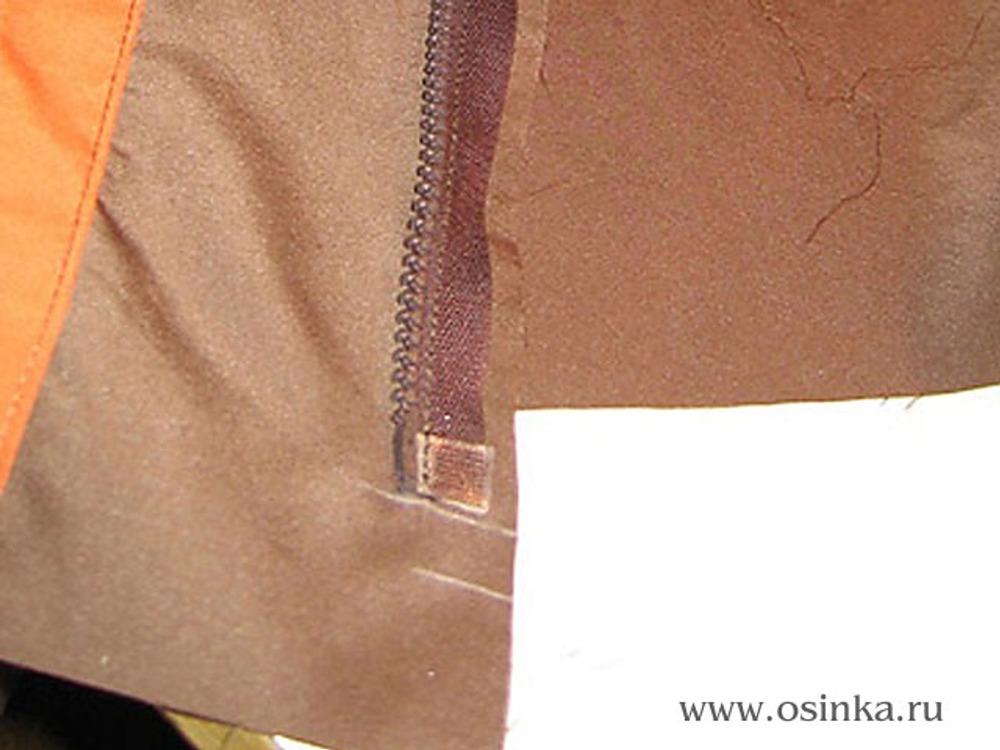 41. От нижнего среза отступить припуск на подгибку низа+1 см и притачать молнию к одной стороне переда.