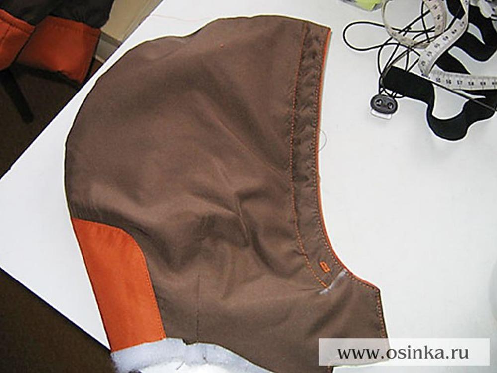 31. На расстоянии 1,5 см от края проложить отделочную строчку строго до меток - кулиска для шнура.