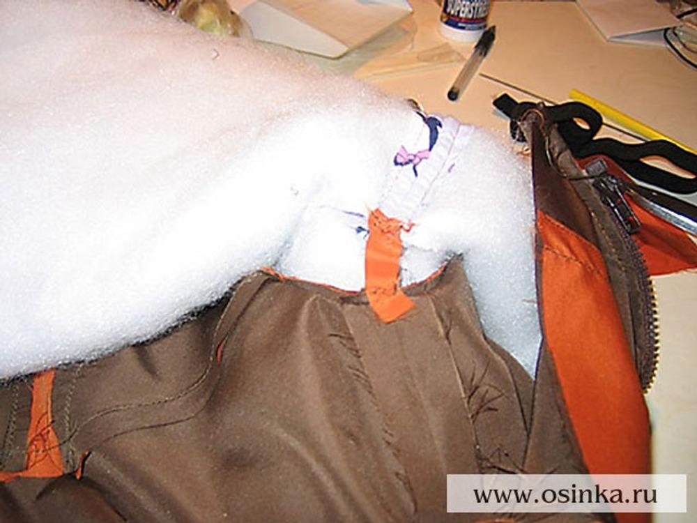 53. Полоской ткани скрепляем куртку и подклад в верхней части бокового шва. Это нужно, чтоб при снимании куртки не выворачивался подклад.