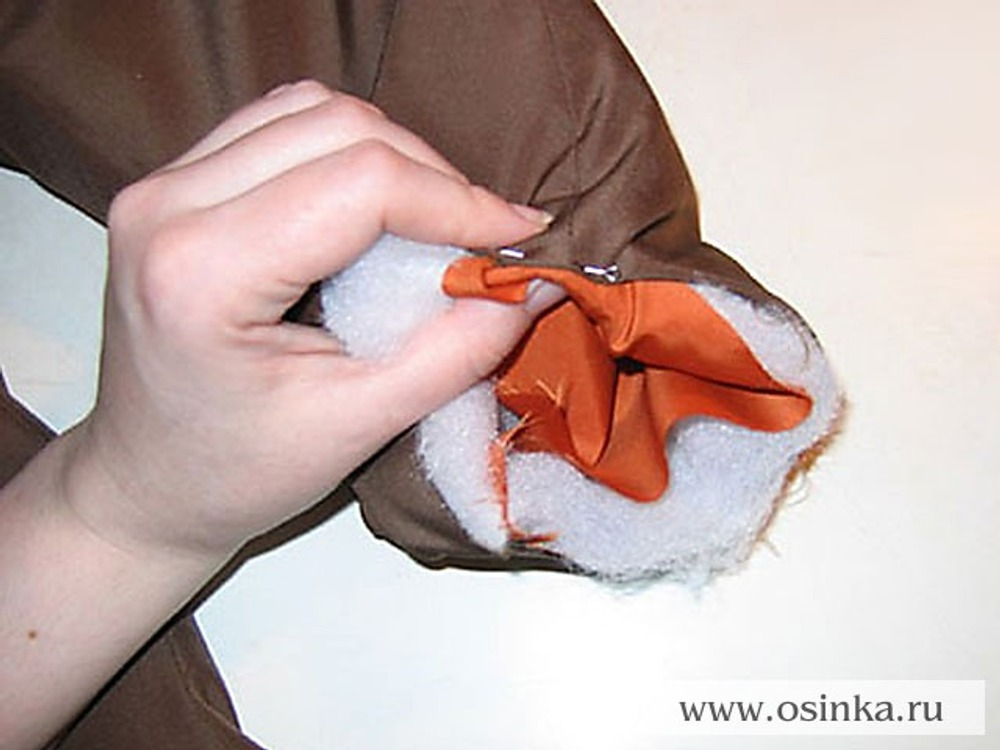 29. Припуски на обработку низа штанины подогнуть вовнутрь, совмещая боковые швы и сколоть.