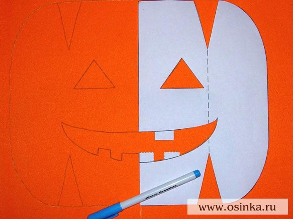 02. С лицевой стороны на оранжевую ткань перенести контуры детали №1 с помощью смывающегося маркера. При этом зубы в улыбке, показанные штриховой линией, переносятся на левую половину, а показанные сплошной линией – на правую. Далее эта деталь – передняя половинка сумки. Пока не делать равномерные припуски, оставить деталь прямоугольной, как на рисунке.