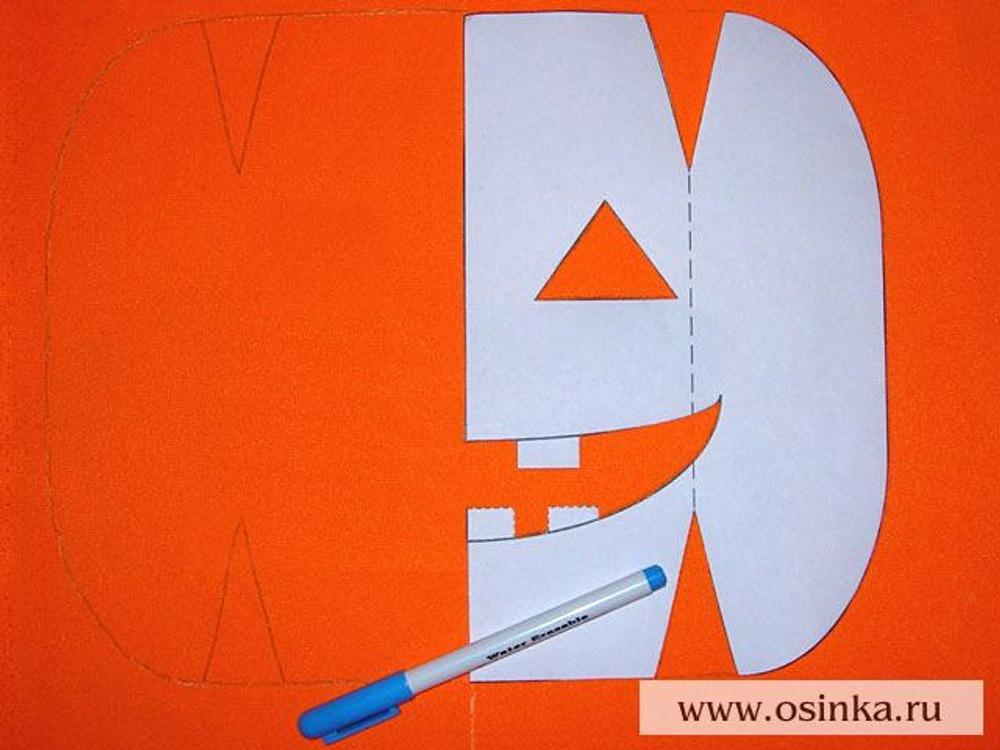11. С лицевой стороны на оставшуюся оранжевую ткань перенести контуры детали №1 с помощью смывающегося маркера, не вырисовывая глаза и улыбку. Получившаяся деталь – задняя половинка сумки. Аналогично переснять выкройку на подкладочную ткань (2 детали), но с изнаночной стороны, используя мел-карандаш.
