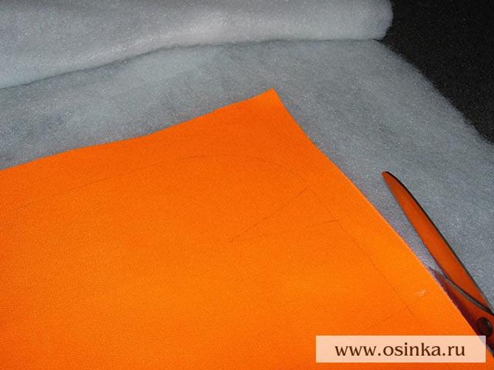 13. Излишки синтепона, если таковые имеются, срезать по контуру передней и задней половинок сумки (пока что прямоугольных), также зафиксировать скрепками.