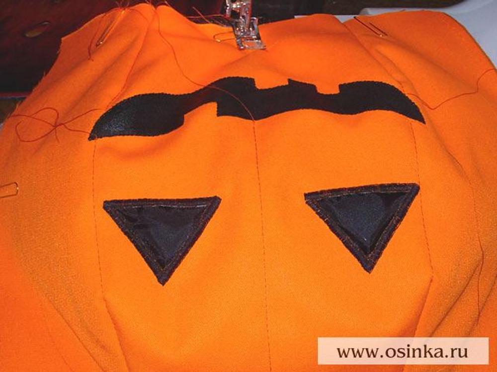28. На передней и задней половинках сумки из оранжевой ткани проложить строчку посередине, прерывая ее на участке, закрашенном краской, а также вдоль вытачек, соединяя соответствующие их вершины. Это добавит деталям сумки рельефности.
